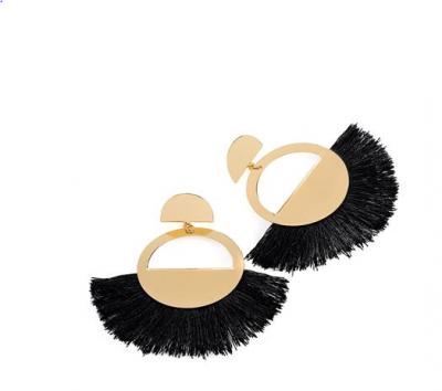 Boucles d'oreilles dorées à franges noires.