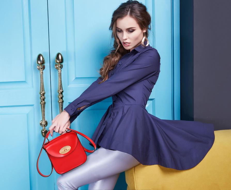 Comment s habiller avec un sac en bandouliere tendance femme rouge