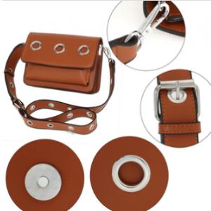 Detail sac besace femme marron