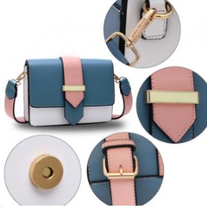 Detail sac rose et bleu a bandouliere