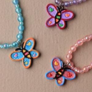 Ensemble collier et bracelet avec penbdentif papillon