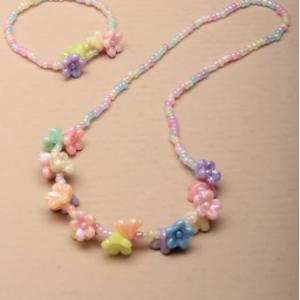Ensemble de collier et bracelet de perles pastel avec pendentifs fleurs