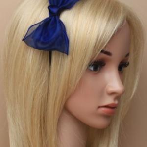 Idee coiffure serre tete mousseline bleu roi