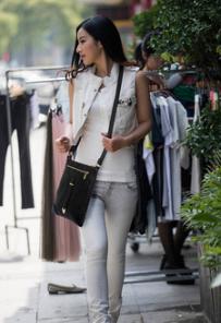 Idee de tenue pour femme avec pochette bandouliere noir