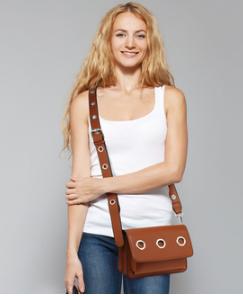Look decontractee avec sac besace femme marron