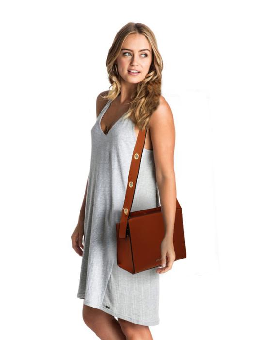 Tenue avec un sac a main marron femme