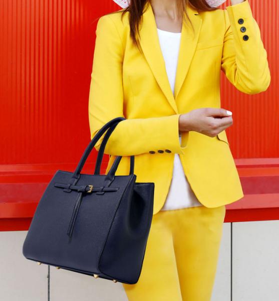 Tenue classique de couleur jaune