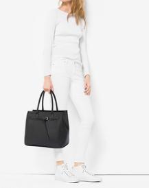Total look avec sac fourre tout noir